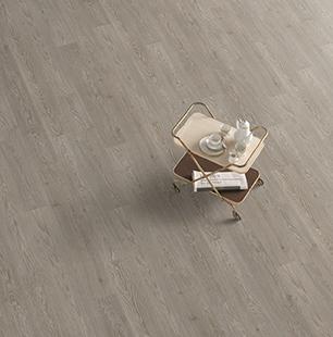 small-roble-cesena-gris-tablenova-suelo-laminado-tarima-ambiente