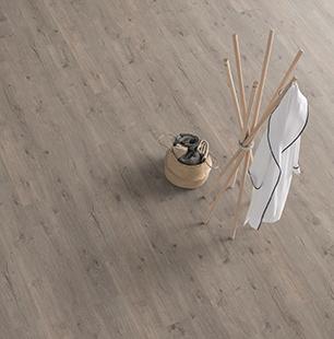 small-roble-murom-gris-suelo-laminado-tarima-ambiente